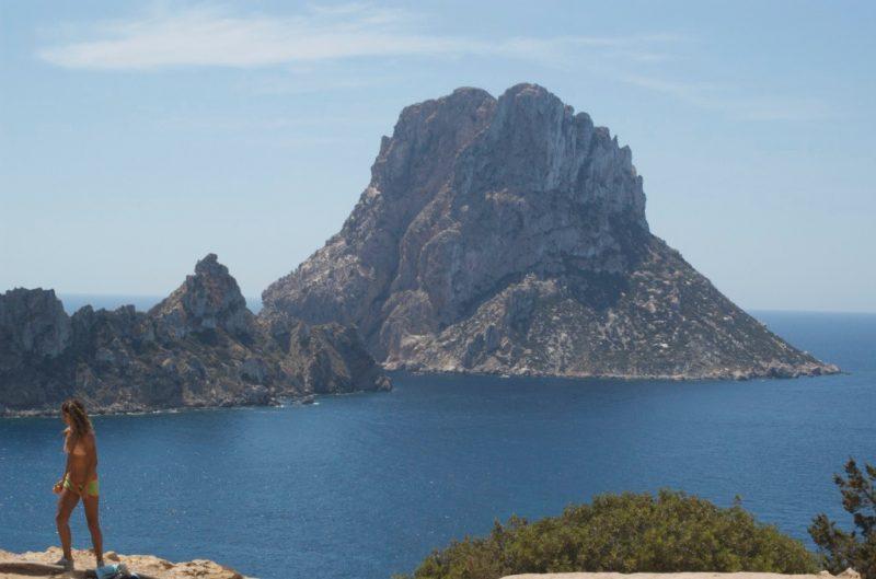 una vista de arriba de Es vedrá el islote de Ibiza